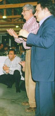 Ο Νικόλας δεν έπαψε δεπτερόλεπτο, να χειροκροτεί τον Αλέκο. Εδώ τον βλέπετε να του χτυπάει παλαμάκια μαζί με τον πρόεδρο του Μαντζαβινάτειου Διονύση Μαρκάτο.