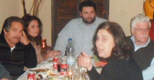 Ο επικεφαλής της αντιπολίτευσης κ. Μ. Κοτσιλίνης με τη σύζυγό του Αλέκα και απέναντί τους ο τ. αντιδήμαρχος κ. Κ. Βαρτελάτος