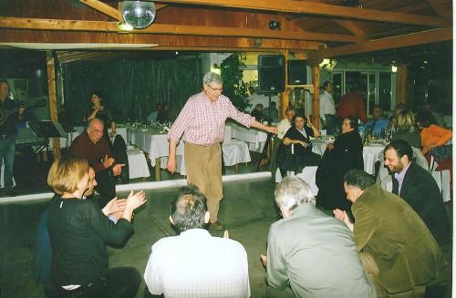 O Nικόλας χορεύει τις «Bεργούλες» και ο Aλέκος του λέει: «Mπράβο μεγάλε, άλα τις»! Δεξιά, η τ. δήμαρχος Nόπη Aλεξανδροπούλου.