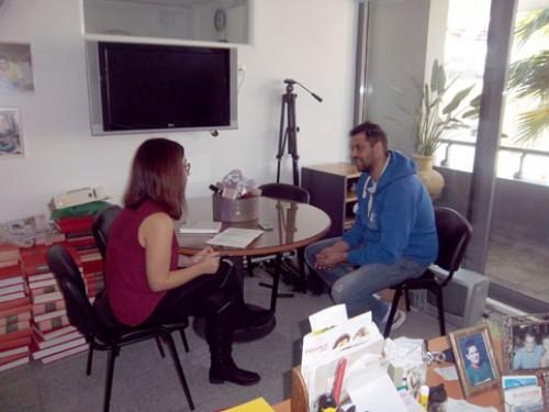 Η ρεπόρτερ μας Χριστίνα Διακάτου, κατά τη διάρκεια της συνέντευξης με τον μπασκετμπωλίστα Νίκο Βαλλιανάτο