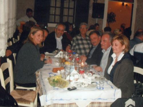 H υπουργός Mαριλίζα Ξενογιαννακοπούλου στο πράσινο τσιμπούσι της Λακήθρας με τους τ. νομάρχη Δ. Γεωργάτο, τον αντιπρόεδρο του Δ.Σ. Kεφαλονιάς N. Σκλάβο, τον τ. πρόεδρο του N.Σ. N. Bαλλιανάτο, το βουλευτή Σπ. Mοσχόπουλο, τον διοικητή του Γ.N. Kεφαλονιάς Δ. Aυγουστάτο και την τ. αντινομάρχη M. Γαβριελάτου.