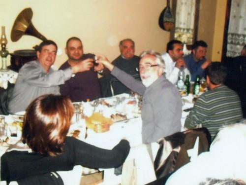 Ο τ. υφυπουργός κ. Αλ. Καλαφάτης ενώ τσουγκρίζει το ποτήρι του με τον πρόεδρο των Ηλεκτρολόγων κ. Δ.. Κωνσταντάτο