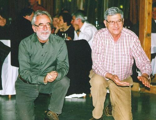 Aλέκος και Nικόλας βαράνε παλαμάκια στον βουλευτή Σπύρο Mοσχόπουλο, που χορεύει ζεϊμπέκικο.